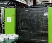 Am SKZ bedient ein an einer Linearachse laufender Leichtbauroboter das Spritzgießwerkzeug mit Einlegeteilen und er übernimmt mehrere Messaufgaben. (Bilder: Universal Robots)