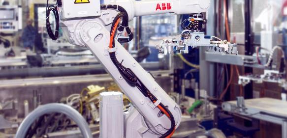 Innenansicht der Kaschier- und Umbuganlage von Frimo mit einem ABB IRB 2600 Roboter