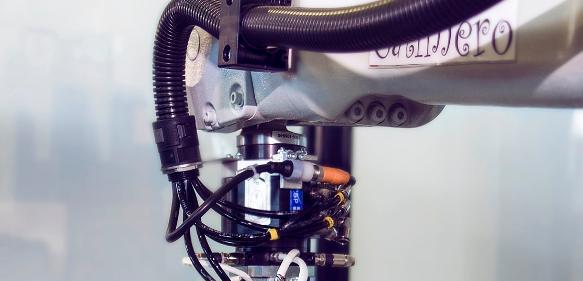 Greifer mit Drehdurchführung und integriertem Werkzeugwechsler.