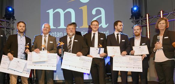 """Glückliche Gewinner des Motan Innovation Award """"mia"""" 2016 auf der Bühne während der K 2016 mit Motan-Geschäftsführerin Sandra Füllsack. (Bild: Motan)"""