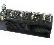Bausteine von Flexflow One: Servoantrieb für die Nadelbetätigung der Heißkanaldüse im Werkzeug (links) und das damit verbundene Treibermodul (rechts), direkt auf dem Heißkanalsystem zu montieren. (Bild: HRSflow)
