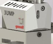 Auf der K wird ein MRS 90i 400 kg/h Durchsatz ausgestellt, der für die Industrieabfallaufbereitung mit einem Zwischenspeicher mit Rührwerk sowie Dosier- und Stopfschnecke ausgerüstet ist. Passend dazu wird das neue Aggregat Jump in der Baugröße V 600 gezeigt. (Bild: Gneuß)
