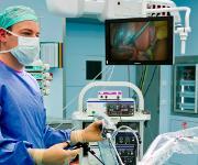 Hilfe bei Mikroinvasiven Eingriffen – ein neues System entlastet Mitarbeiter im OP und sorgt für bessere Qualität von Kamerabildern. (Bilder: Spang und Brands)
