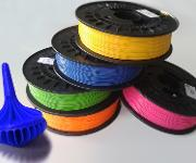 Auch Filamente für den 3D-Druck auf PLA-Basis lassen sich attraktiv einfärben. (Bild: Granula)