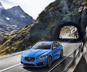 Rasant und komfortabel soll es sein – im Hintergrund wirken Hybrid-Bauteile. (Bild: Jaguar)