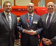 "Die Jenoptik-Sparte Automotive hat den ""SPE Automotive Innovation Award"" erhalten. Von links: Steve Janson, Torsten Reichl, Bob Aiello. (Bild: Jenoptik)"
