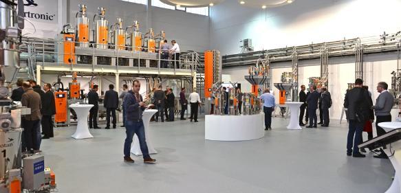Das großzügige neue Technikum schafft viel Platz für Versuche mit Kunden, aber auch für die Weiterentwicklung von Anlagen und Geräte der Motan-Colortronic. (Bilder: Meinolf Droege)