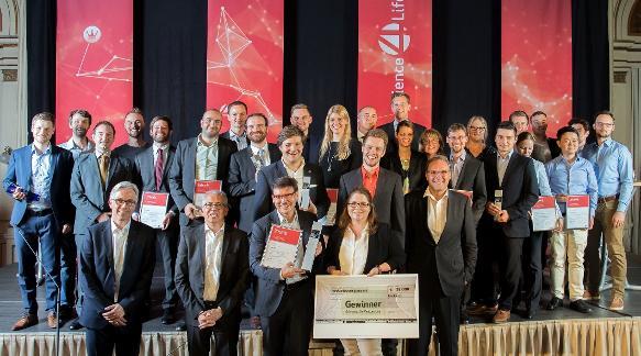 Die Gewinner des Science4Life Venture Cup 2017 und Gewinner des Science4Life Energy Cup mit den Schirmherren der Initiative. (Bild: obs/Science4Life e.V.)