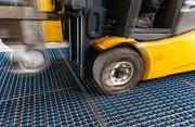 Hallenverunreinigungen vermindern: Fußabstreifer für die Stapler