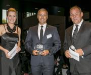 Jörg Engels von Mann-Filter nimmt den Preis für die beste Marke in der Kategorie Filter entgegen