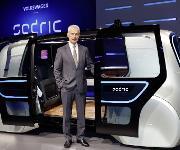 Matthias Müller, Vorstandsvorsitzender des Volkswagen Konzerns mit Sedric, dem ersten Concept Car des Volkswagen Konzerns