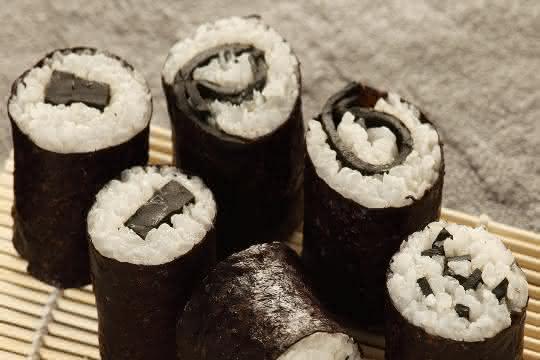 Farblich und aromatisch passend: Spirulina-Sushi.