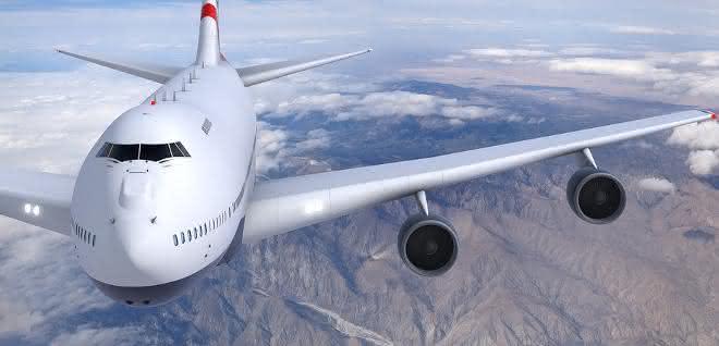 Flugzeug fliegt über Gebirge