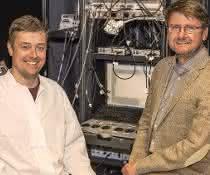 Prof. Christian Henneberger (re) und sein Bonner Kollege Dr. Daniel Minge (li) schauen im Labor mit Hilfe eines Mikroskops dem Hirngewebe bei der Arbeit zu.