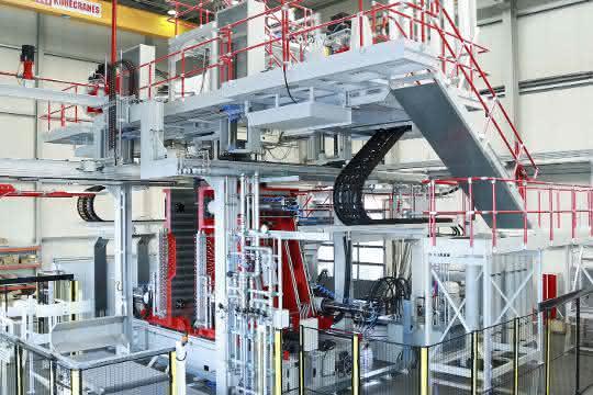 Blasformanlage mit Zusatzaggregaten zur Fertigung von Kunststoffprodukten bei Roth USA in Watertown.