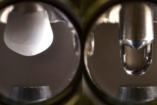 In der Vakuumkammer wird ein hochreiner Eiszapfen hergestellt und dann geschmolzen.