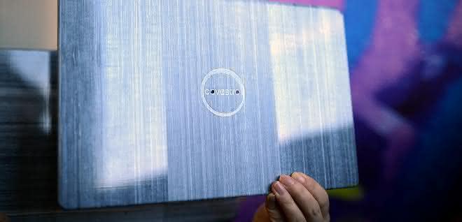 Eine mögliche Anwendung für endlosfaserverstärkte thermoplastische Composites (CFRTP) der Marke Maezio sind leichtgewichtige und sehr dünne Laptop-Deckel mit neuartigen optischen Oberflächen-Effekten.