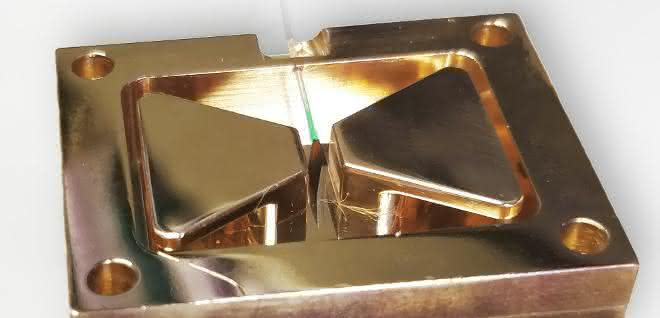 Der spezielle Diamant befindet sich für das Experiment in einer Kammer. Die Defekte im Diamantgitter sind entscheidend für das Auslösen des Effekts.
