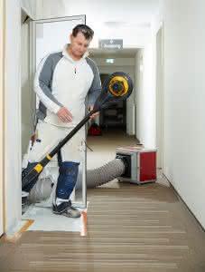 Der Einsatz von Maschinen wie Steinsägen, Winkelschleifern oder Mauerfräsen ohne Staub-Absauger ist inzwischen verboten. Dennoch besteht für Baubetriebe Handlungsbedarf.