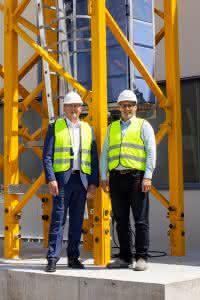Freuen sich über die exklusive Zusammenarbeit: Johann Sailer, geschäftsführender Gesellschafter der Firma GEDA (links) und Aaron Ravenscroft, Executive Vice President of Cranes bei Manitowoc