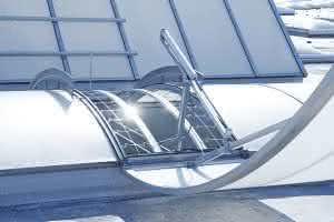 Mit der richtigen Durchsturzsicherung können Tageslicht-Lösungen auf dem Flachdach sicher gestaltet und das Gefahrenpotenzial erheblich verringert werden.