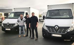Humbaur übergibt zwei Renault mit Kofferaufbauten an Kunden