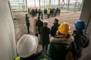 Grundsteinlegung der Kiesel Welt: Beim Blick in die künftige Ausstellungshalle werden die großzügigen Dimensionen des Forums deutlich.