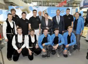 Gruppenbild der Ministerin (bei ihrem Messerundgang)  mit dem Nationalteam des Deutschen Baugewerbes auf der BAU 2015. (Abb.: Messe München International)