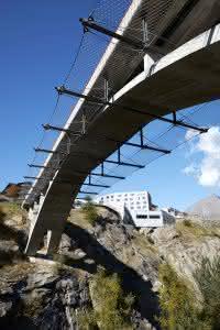 Mit einem Edelstahlnetz an den Seiten wurde die Brücke nachträglich abgesichert. (Abb.: www.jakob.com)
