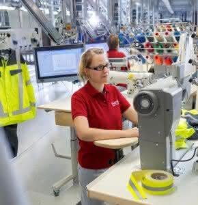 Reparaturen und notwendige Nach-Ausrüstungen von Schutzkleidung sind im MEWA Textil-Management nicht nur inklusive, sondern werden auch von geschulten Mitarbeitern mit den notwendigen Materialien ausgeführt. (Foto: MEWA)