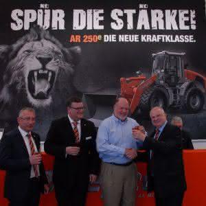 Geschäftsführer Helmut Lorch, CEO Clay Eubanks (Takeuchi USA), Geschäftsführer Markus Niedermayer, Export- Manager Holger Huntemann (v.r.n.l). (Abb.: weycor)
