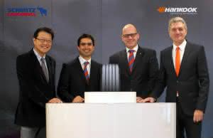 (v.l.n.r.) Hankook Vize-Präsident Hyun-Jun Cho , Alain Versace, Bernhard Schmitz, Dietmar Olbrich. (Abb.: Schmitz Cargobull)