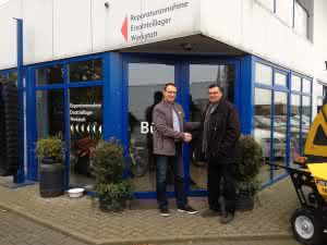 Hanns Markus Renz, Business Manager D-A-CH und Poland, Manuel Lopez-Infantes, Managing Director of Lopez-Infantes Baumaschinen GmbH & Co. KG. (Abb.: Kobelco)
