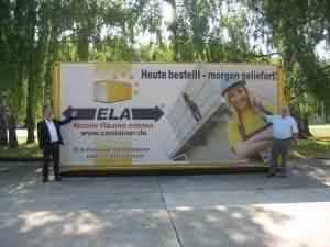 Auf dem Gelände der Bayerischen Bauakademie Feuchtwangen zeigt ELA den drei Meter breiten Premium-Mietcontainer. (Abb.: ELA Container GmbH)