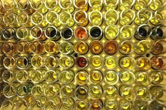 Die Forschungsgruppe von Frank Glorius nutzt Photokatalysatoren und sichtbares Licht zur selektiven Spaltung von Schwefel-Schwefel-Bindungen. Die Farbe des Reaktionsgemisches nach der Reaktion kann einen ersten Hinweis auf die entstandenen Produkte geben.