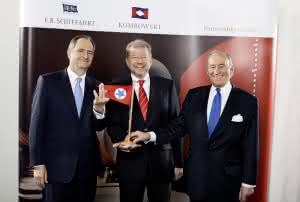 Blicken positiv in die Zukunft: Nicholas Teller (links) und Ernst P. Komrowski (rechts) und der zukünftige CEO der Blue Star Holding, Dr. Hermann J. Klein (Mitte)