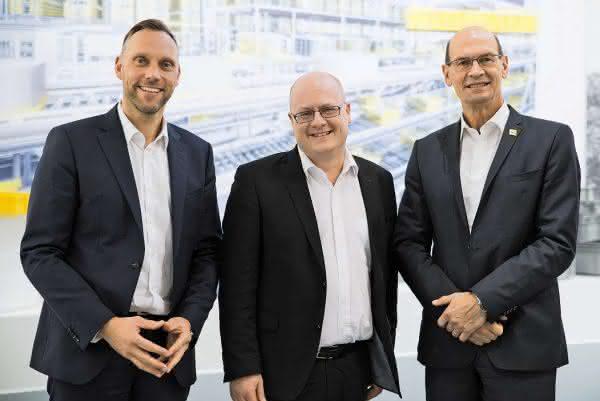 Harrie Swinkels (r.) und Thomas Meyer-Jander sprachen in Neunkirchen mit Martin Schrüfer, materialfluss. Fotos: SSI Schäfer