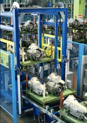Kommissioniertechnik: Just-in-Sequenz: Automatische Kommissionierung für Getriebe spart Kosten und verringert Staplerbetrieb bei der Montage