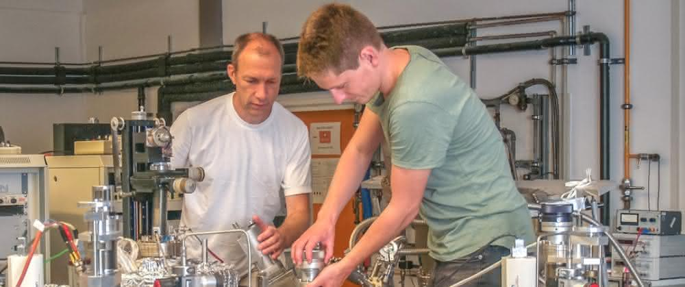 PD Dr. Martin Jourdan und Bachelorstudent Moritz Krämer an der Beschichtungsapparatur