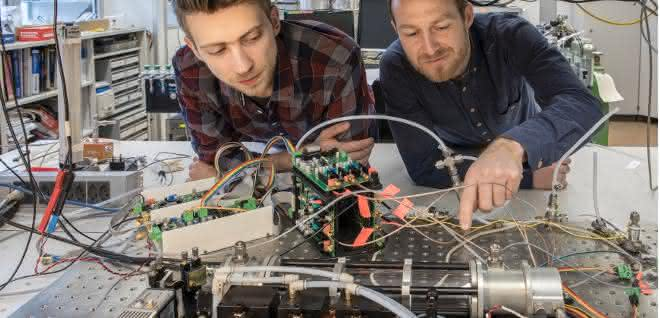 Die beiden Forscher am Messgerät
