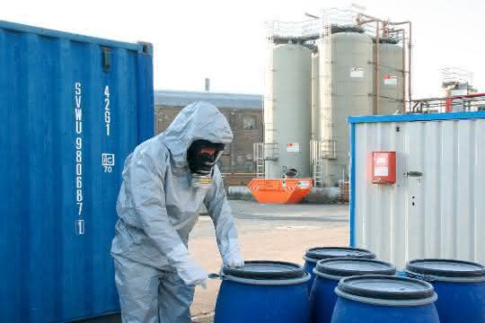 Der neue Chemikalienschutzanzug Tychem® 6000 F FaceSeal von DuPont besitzt eine Kapuze mit Gummimanschette, die sich eng an die Atemschutzmaske anschmiegt und auch ohne Abkleben eine sehr hohe Dichtigkeit ermöglicht.