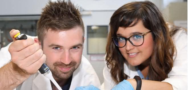 Dr. James Birrell und Dr. Patricia Rodríguez Maciá forschen an Hydrogenasen.
