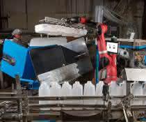 Der kollaborative Roboter Sawyer unterstützt die Mitarbeiter bei Cox bei der Verpackung der Flaschen.