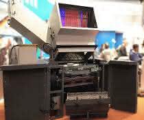 Die schallgedämmte Zentralmühle für Durchsätze bis 900 Kilogramm pro Stunde gehört zu den diesjährigen Fakuma-Exponaten. (Bild: Getecha)