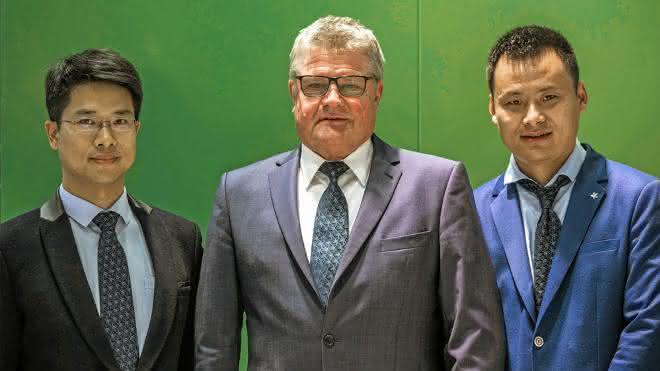 Udo Stahlschmidt, Leiter der Werkzeugprojektierung, (Mitte)