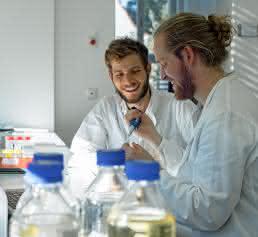 Sebastian Barthel (links) und Sebastian Palluk im Labor. (Bild: Stephanie Werner)