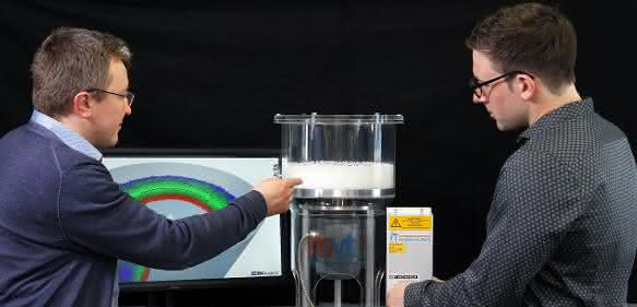 Die Kaiserslauterer Ingenieure untersuchen, welche Parameter die Kugelbildung fördern. Hier im Bild Professor Sergiy Antonyuk (links) und Dominik Weis. (Bild: TUK/Thomas Koziel)