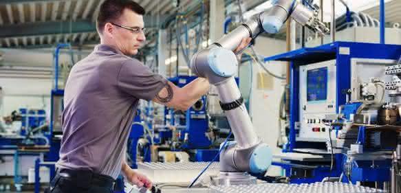 Hofmann entschloss sich dazu, repetitive Tätigkeiten an UR-Roboter zu übergeben, um die Stärken seiner Fachkräfte im traditionellen Glasbläserhandwerke wieder mehr auszuspielen. (Bilder: Hofmann)