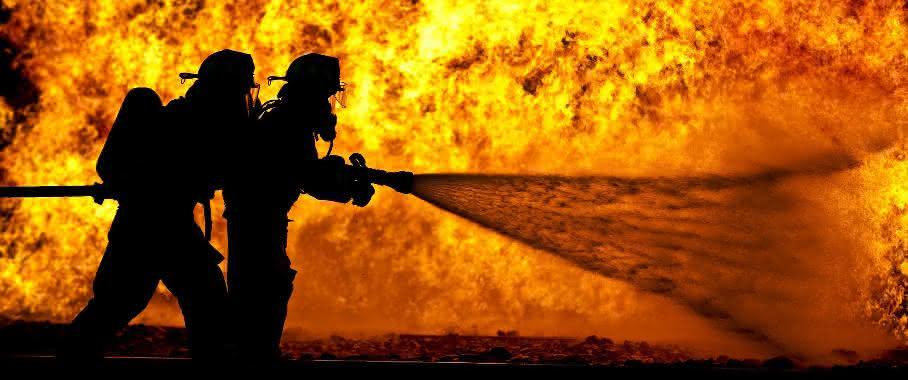 Feuerwehrleute löschen ein Feuer