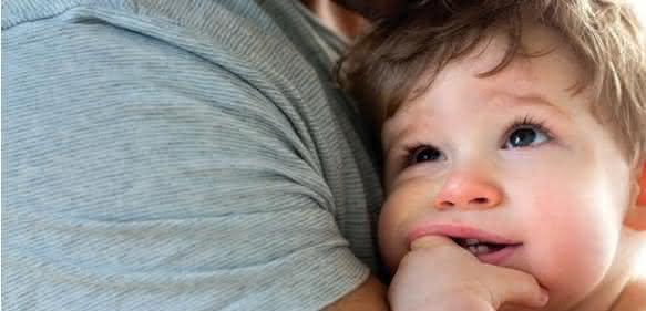 Kind auf Arm des Vaters